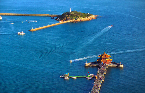 驰名中外的青岛啤酒商标便是以栈桥为图案设计而成的