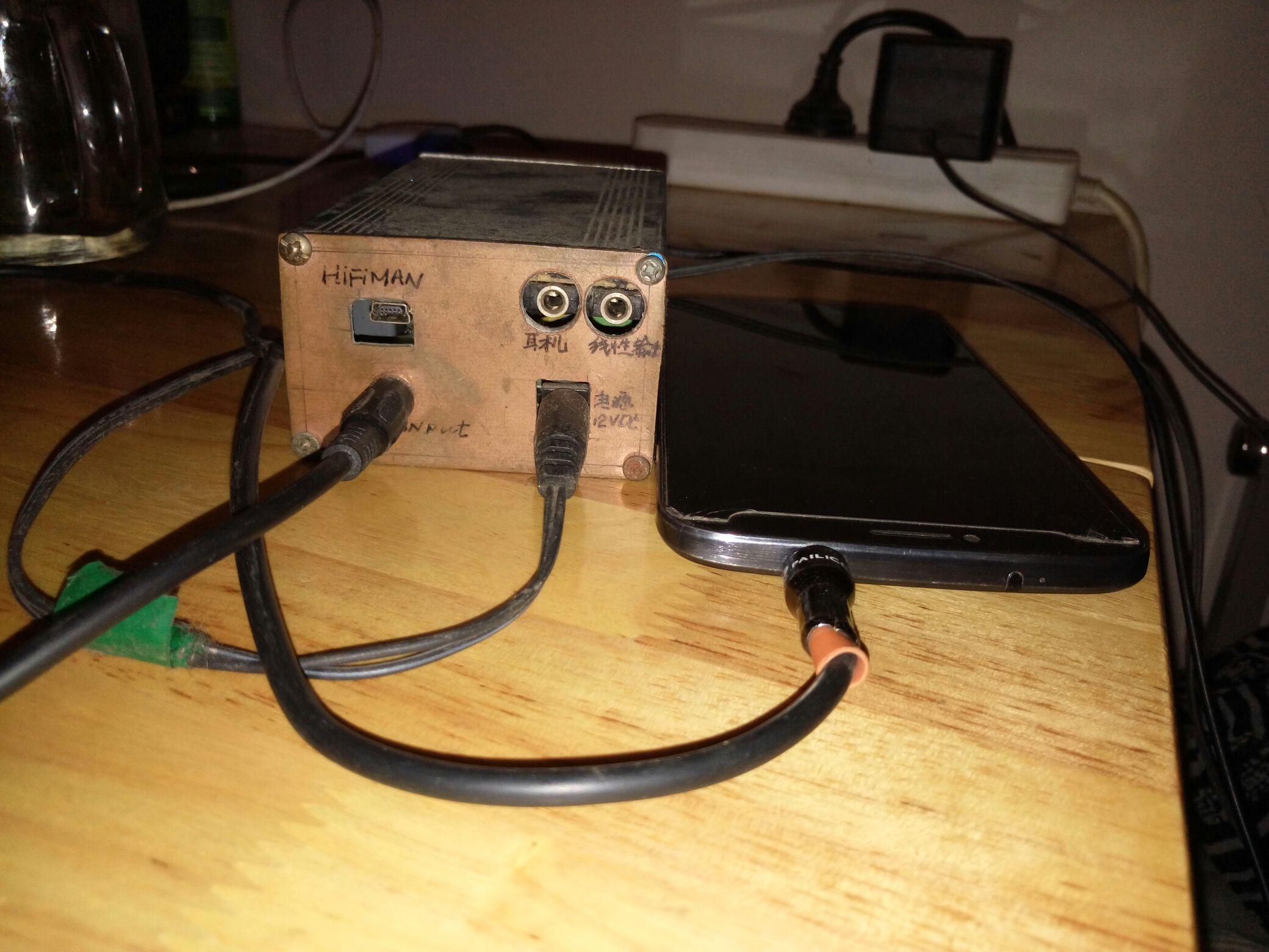 这款声卡耳放电路电源用建武对讲机充电器改装成稳压 12vdc给其供电.