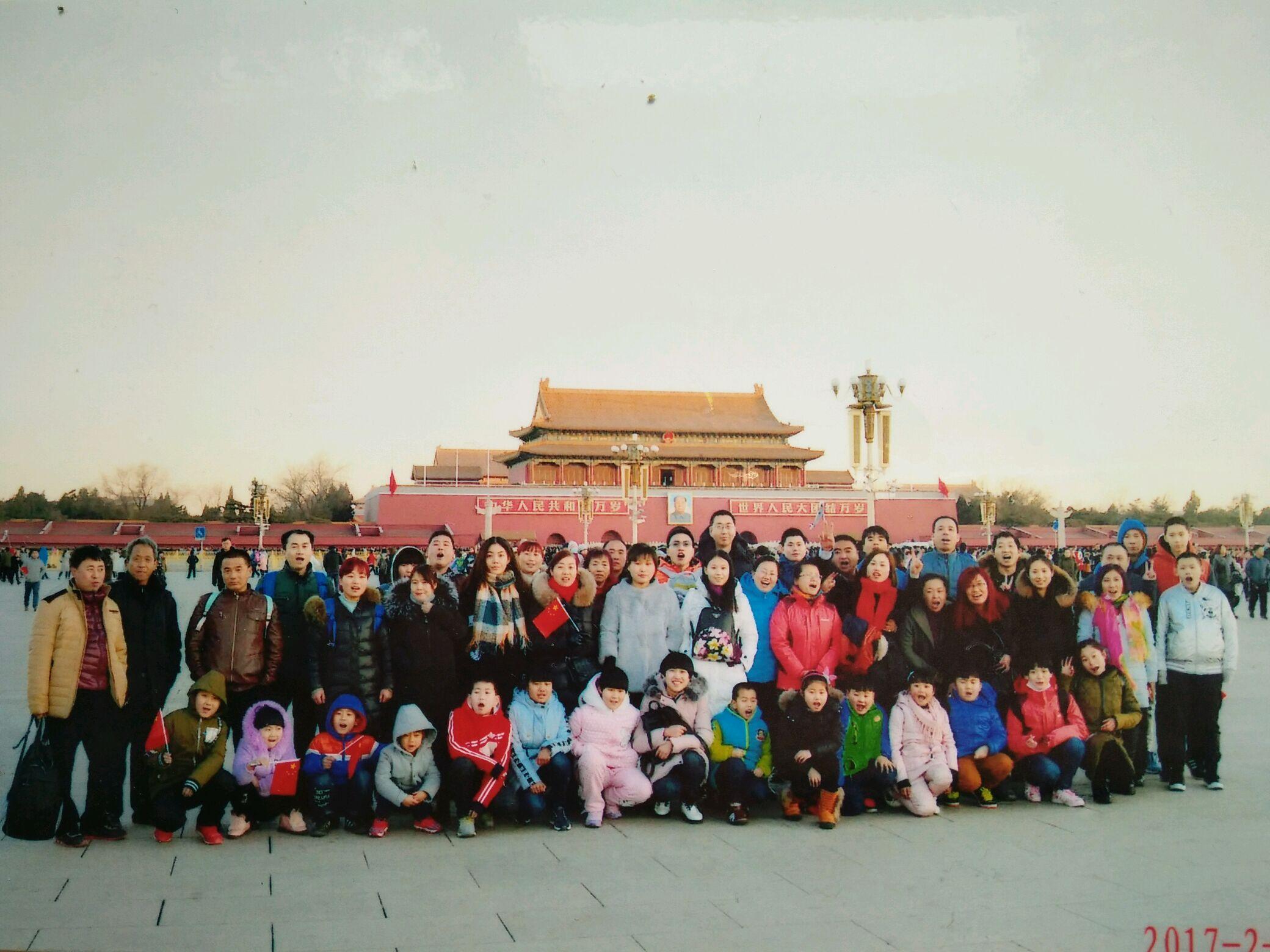 我们周氏在村里是个大家族,我爷爷有6个儿子,3个女儿,正月初八我们这个大家庭大大小小将近五十口人第一次组织去北京游玩并拍下了全家福。 平时都忙于工作,一年也见不了几次面,我爷爷很多年前就说过有朝一日把大伙聚在一起拍张全家福,这次借这个机会圆了爷爷这个梦。 照片中有我大伯、叔叔、大大、婶婶、兄弟、侄子、侄女等等。
