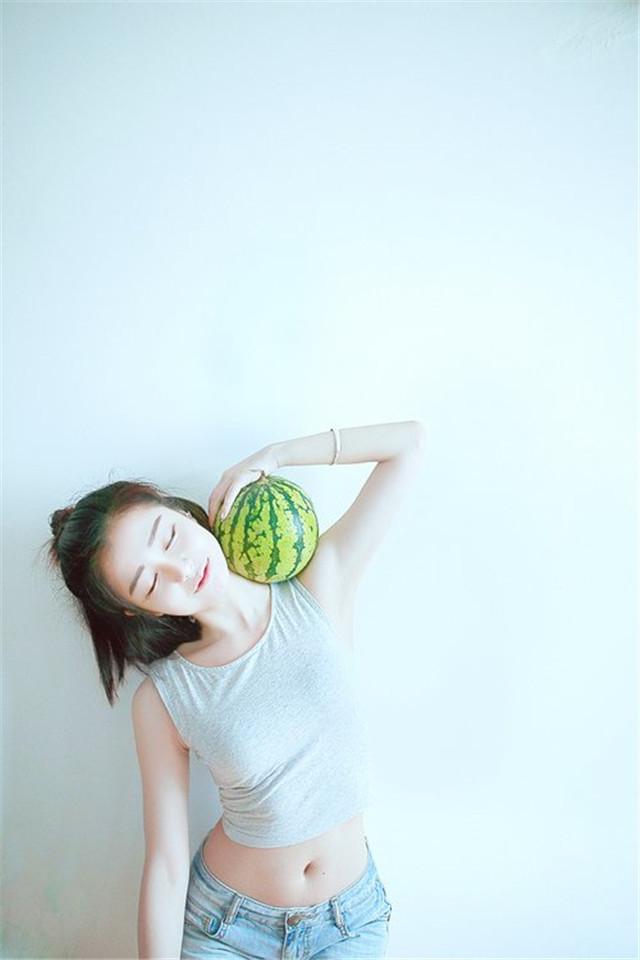 【v粉壁纸】丸子头女生抱着西瓜可爱清新摄影手机壁纸