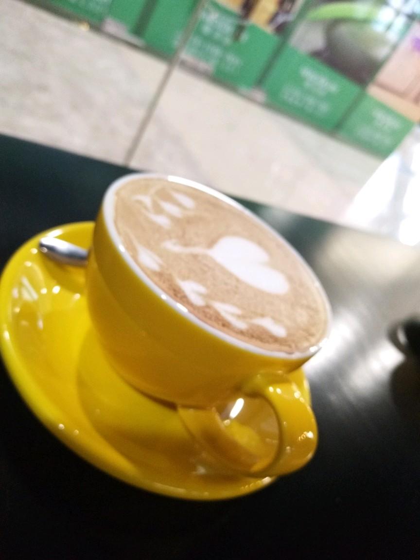 在咖啡厅里,听着抒情的钢琴曲,喝着浓郁的卡布奇诺,用着vivox9拍着
