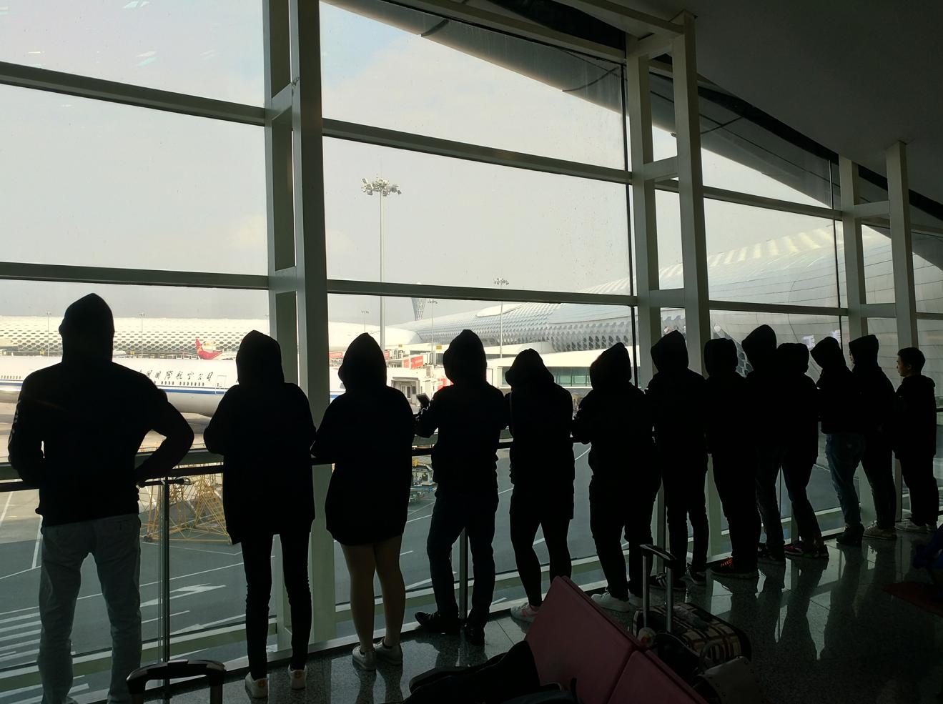 机场背影.png