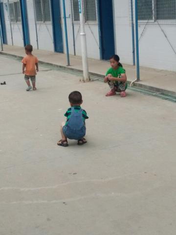 大人为了生活,可孩子们了,这么小,学没有上,生活怎么苦,哎,