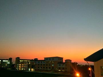 日落中的学校