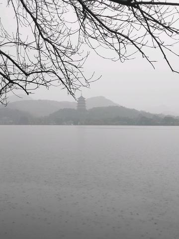 初春细雨中的西子湖畔