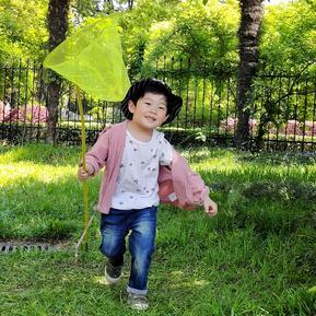 奔跑的小男孩
