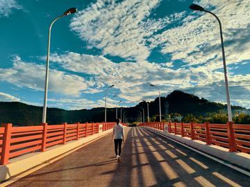 【化湖红桥】