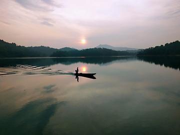 七绝  :潭湖